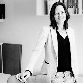 Cristina Morales Soria, Licenciada en Administración y Dirección de empresas, en ejercicio desde el año 2000.